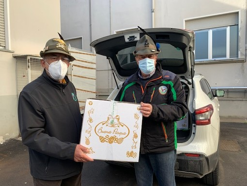 Le penne nere vigezzine donano uova di Pasqua ai sanitari del San Biagio e alle associazioni della valle