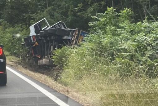 Camion ribaltato sulla provinciale tra Ornavasso ed Anzola