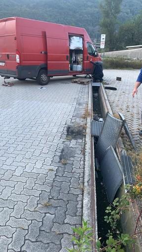 Domo 2, furgone finisce in un canale di scolo per la mancanza delle griglie