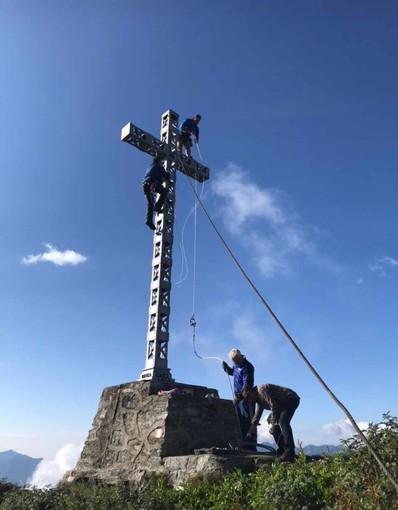 Gli Alpini al Moncucco per rendere ancora più bella la croce in vetta