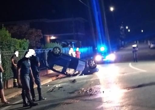 Dal Nord Ovest. Violento scontro tra due auto nella notte, una si ribalta: in ospedale una persona FOTO