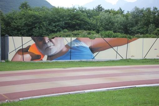 Gravellona, svelato il murales in onore di Angelo Petrulli allo stadio Boroli