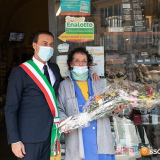Il sindaco Pizzi dona un mazzo di fiori a Silvana Pironi per i 50 anni di attività